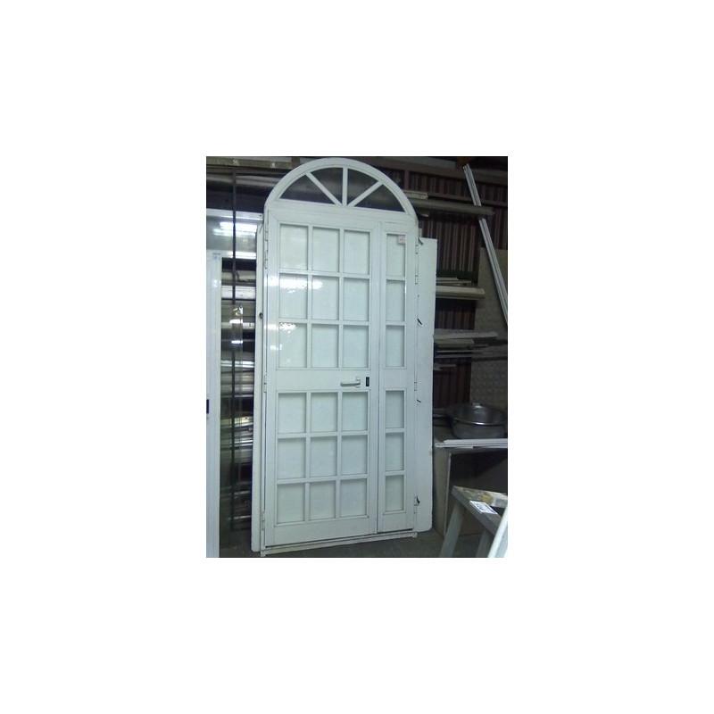 Puerta aluminio blanco con arco restauraciones el cabrero for Puertas en forma de arco